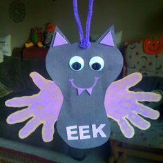 Hanging Handprint Bat Craft – So cute to make for Halloween! Hanging Handprint Bat Craft – So cute to make for Halloween! Halloween Crafts For Toddlers, Halloween Art Projects, Theme Halloween, Fall Crafts For Kids, Holiday Crafts, Kids Crafts, Diy Projects, Halloween Halloween, Halloween Crafts Kindergarten