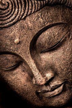 Rostro moreno de bronce de Buda