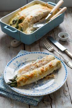 Pyszny obiad dla całej rodziny- zielone szparagi w naleśnikach, zapiekane pod kremowym beszamelem. Quesadilla, Kefir, Cheddar, Food And Drink, Cooking Recipes, Nutrition, Dinner, Eat, Ethnic Recipes