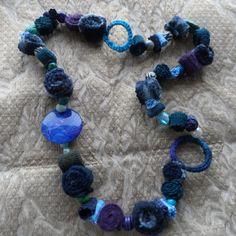 collana tessile con materiale di riciclo
