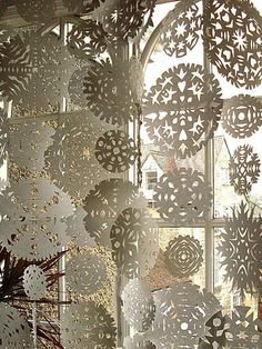 Snowflake Curtain - Paper snowflakes, sewn together in strands. Bunch up or space out as you like. I seriously love making paper snowflakes! Noel Christmas, Winter Christmas, Christmas Windows, Beach Christmas, Simple Christmas, Christmas Ideas, Christmas Lights, Christmas Paper, Christmas Music
