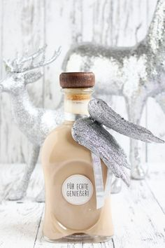 Ihr Lieben ❤️ Für alle , die gerne etwas Selbstgemachtes verschenken oder B… Dear Ones ❤️ For those who like to give away something homemade or like to drink Baileys, we have an absolute deluxe recipe. It tastes better to us than the original. He is soo … Limoncello Cocktails, Baileys Cocktails, Tea Cocktails, Refreshing Cocktails, Homemade Baileys, Baileys Recipes, Frozen Peach Bellini, Cocktail Illustration, Cocktails