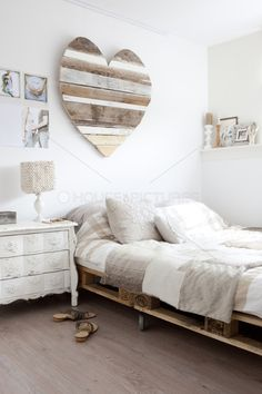Herziges Schlafzimmer I could see this as exterior wall or fence art Cosy Bedroom, Dream Bedroom, Japanese Style Bed, Palette Deco, Shabby Chic Farmhouse, Condo Living, Home And Deco, My New Room, Home Projects