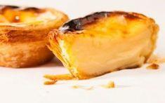 Ricette...Pasteis de nata............. Come prima cosa occupatevi della preparazione della crema dei pasteis: versate il latte in una ciotola e sbattetelo con energia con una frusta aggiungendovi la panna, i tuorli delle uova, lo zucchero #dolci #desser #pateisdenata
