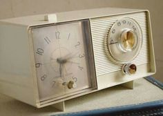 Vintage Clock Radio- my parents had this exact clock! I used to set the time for my Mom on it & I remember her listening to the radio on it when she was house cleaning. My Childhood Memories, Sweet Memories, Vintage Tv, Vintage Clocks, Vintage Tools, Vintage Items, Lps, Nostalgia, Retro Mode