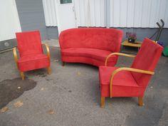 50-luvun sohvakalusto, uudelleen verhoiltu jossain vaiheessa alcantara -kankaalla. Verhoilu on kaikaissa ehjä, mutta jonkin verran käytön jälkeä pinnoissa näkyy, ajan jälkeä myös nojatuolien puuosissa. Jouset ovat kaikissa hyvässä kunnossa.  Yhdessä 450 euroa.
