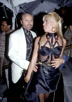 """The latest """"American Crime Story"""" had Gianni and Donatella rolling up to a """"Vogue"""" magazine party, with the latter in an almost identical Versace dress. 90s Fashion, Fashion Show, Fashion Design, Versace Fashion, Classic Fashion, Gianni And Donatella Versace, Gianni Versace House, Versace Dress, Versace Versace"""