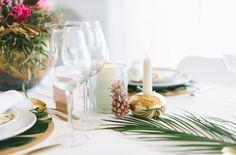 tropische Hochzeitsdekoration mit Ananas, Monstera Blättern und Palmzweigen (www.noni-mode.de - Foto: Katja Heil)