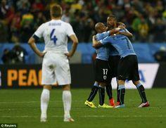 Ouch: Gerrard sólo se puede ver en la medida que los jugadores de Uruguay celebran gol dec...