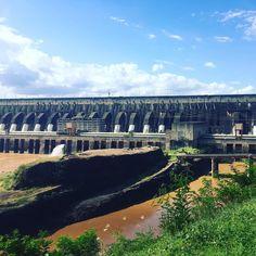 Usina hidrelétrica de Itaipu. Brasil e Paraguai juntos na maior geração de energia limpa e renovável do planeta.  #usinahidreletrica #itaipu #paraguai#energy #itaipudam#usinabinacional #brazil #mtur #partiubrasil #missãovt #igtravel #viagemestadao #visitbrasil #vivadeperto #viagenserotas #viagemeturismo #viajenaviagem #olhar_brasil #instanature #instatravel #nature #wonderful_places #beautifuldestinations #travel #traveling #travelgram#revistaviajar#engenharia#hidreletrica#insta_paraguay by…