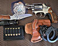 Скачать обои оружие, colt, значок, нож, фонарик, наручники, раздел оружие в…