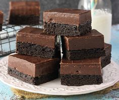 These Nutella Fudge Brownies are decadent little bars with a dense brownie on the bottom, Nutella fudge in the middle and chocolate on top. You can't go wrong with this chocolatey confection! Fudgy Brownie Recipe, Nutella Fudge, Brownie Toppings, Nutella Recipes, Brownie Recipes, Dessert Recipes, Homemade Brownies, Fudge Brownies, Cake Bars