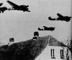 Klokken er 04-15 – og Danmark er i krig!  Operation Weserübung, kodenavnet for det tyske angreb på Norge og Danmark den 9. april 1940, begynder på dette klokkeslet for 70 år siden. #ww2 #Andenverdenskrig #Oprop
