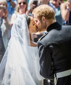 Meghan Markle Photos - Prince Harry, Duke of Sussex and The Duchess of Sussex kiss on the steps of St George's Chapel in Windsor Castle after their wedding on May 2018 in Windsor, England. Royal Wedding Prince Harry, Harry And Meghan Wedding, Meghan Markle Wedding, Lady Diana, Prince Harry Et Meghan, Princess Meghan, Prince Harry Diana, Prince Henry, Royal Princess