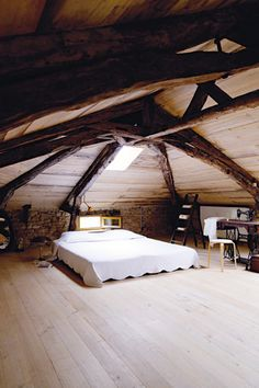 Cool bedroom, although I would like more decoration
