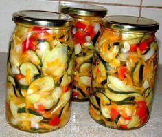 Sałatka z cukinii i papryki na zimę - PrzyslijPrzepis.pl A Food, Food And Drink, Meals In A Jar, Polish Recipes, Kimchi, Chutney, Pickles, Salad Recipes, Cucumber