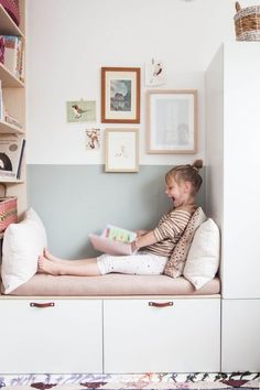 Nice reading corner in the children& room with IKEA Besta and Stuva. Schöne Leseecke im Kinderzimmer mit IKEA Besta und Stuva. Ein schönes IKEA Ha … Nice reading corner in the children& room with IKEA Besta and Stuva. A nice IKEA Ha - Bedroom Storage Ideas For Clothes, Bedroom Storage For Small Rooms, Ikea Hacks, Banquette Ikea, Tv Ikea, Girls Bedroom, Bedroom Decor, Ikea Bedroom, Ikea Nursery