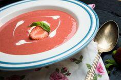 Az eperszezon elengedhetetlen darabja ez az 5 perces bazsalikomos eperkrémleves, jó hidegen, pohárban szívószállal vagy tányérban jégkrémmel tálalva. My Recipes, Thai Red Curry, Panna Cotta, Soup, Ethnic Recipes, Dulce De Leche, Soups
