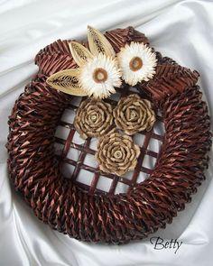 Christmas Crafts, Christmas Decorations, Newspaper Crafts, Paper Basket, Topiary, Basket Weaving, Burlap Wreath, Wreaths, Handmade