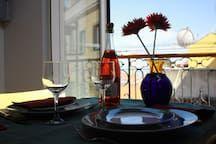 Apartamento em Lisboa, Portugal. O apartamento localiza-se em Alfama, talvez o bairro mais histórico e carismático de Lisboa. Este charmoso e aconchegante apartamento, cheio de luz e com vista rio, fica num 4º andar de um prédio sem elevador. Devido à sua situação geográfica, pod...