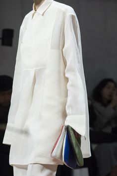 Jil Sander at Milan Fashion Week Fall 2019 - Details Runway Photos Fashion Over 50, Girl Fashion, Fashion Outfits, Womens Fashion, Black And White Suit, Milan Fashion Weeks, Minimal Fashion, Jil Sander, Beautiful Outfits
