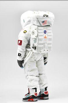 Coolrainのイメージはスペース月面ブーツ着用宇宙飛行士の姿でエアマックスの日に敬意を表した