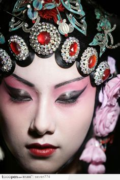Know more about the history of Peking Opera. Chinese Makeup, 3 4 Face, Opera Mask, Peking, Chinese Opera, China Girl, Belleza Natural, Chinese Culture, Chinese Style
