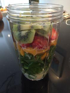 Spinazie, kleine mango, aardbeien, kiwi, beetje sojamelk en mixen maar!