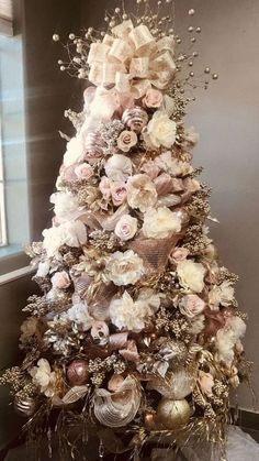 20 Perfect Gold Christmas Tree Decoration Ideas If you are looking for trendy innovative ways to decorate for Christmas youve come to the right place. You could [] Wallpaper for the wall design and ideas - Gold Lights - Ideas of Gold Lights Rose Gold Christmas Tree, White Christmas Tree Decorations, Elegant Christmas Trees, Colorful Christmas Tree, Vintage Christmas, Fall Christmas Tree, Christmas Ideas, Rustic Christmas, Xmas Tree