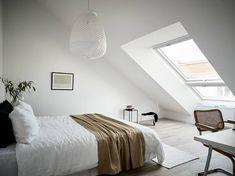 Una reforma con cuidados elementos originales #apartamento #vivienda #reforma #estilo #nórdico #escandinavo #home #habitación #dormitorio #abuhardillado #blanco www.hogardiez.com
