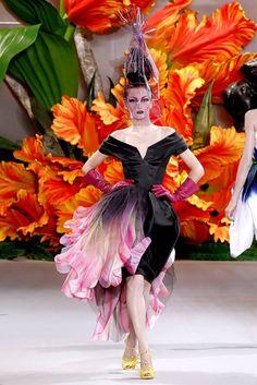 Женский клуб: Великие кутюрье. ДИОР.В 2010 году Джон Гальяно создал целую коллекцию платьев-цветов. Словно увеличенные рукой мастера, орхидеи, маки, тюльпаны превратили в волшебный сад музей Родена, в котором проходил показ. На выставке было представлено платье Тюльпан из этой коллекции.