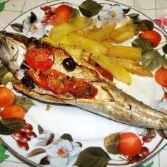 Sgombri al forno con patate, pomodorini e olive nere