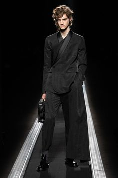 UPDATE: Kim Jones' Dior Collection Puts Artful Motifs and Proportions in Focus: KAWS, Hajime Sorayama and now Raymond Pettibon. Suit Fashion, Fashion Week, Mens Fashion, Boy Fashion, Winter Fashion, Christian Dior, Mode Costume, Men Dior, Moda Paris