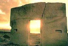 """PUERTA DEL SOL """"Es probable que se tratara de la entrada de un gran templo, desaparecido hace ya muchos años. En la parte superior, muy extensa, sobre la angosta y baja apertura de la puerta, está esculpido un relieve llano, cuyo dibujo recuerda los tapices de esta misma época"""""""
