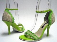 Para aquellas que se animen a hacer un tejido más elaborado, vamos a ver algunas ideas de sandalias en crochet de taco bajo o con tacón.    http://losabalorios.com/blog/2013/02/sandalias-en-ganchillo-y-apliques-para-pies/