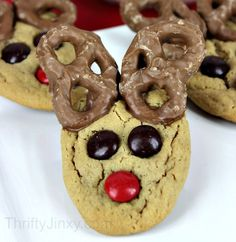 Easy DIY Reindeer Cookies - perfect holiday cookies for the kids to help you make and give as holiday gifts!
