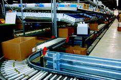 Door het geavanceerde logistiek centrum loopt meer dan 2 kilometer aan lopende band. Hier worden de pakketjes klaar gemaakt om op te sturen! :-)