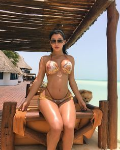 """149.7 mil Me gusta, 2,041 comentarios - Joselyn Cano (@joselyncano) en Instagram: """"Island life 🌞🌴🐚brought the Papster along on vacation🐶 want to guess where I'm at? Hint: It's in the…"""""""