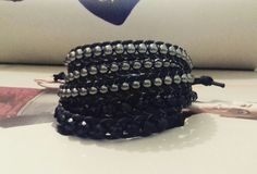 Mix de Pulseiras contendo: <br> <br>01 pulseira estilo Chan Luu com cristais pretos e fecho de botão; <br>01 pulseira estilo Chan Luu com contas na cor fumê e fecho de botão. <br> <br>Obs: As pulseiras possuem duas regulagens de tamanho.
