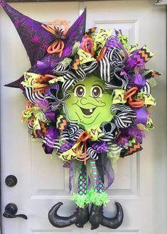 Halloween Witch Wreath, Halloween Mesh Wreaths, Halloween Canvas, Deco Mesh Wreaths, Halloween Crafts, Halloween Ideas, Halloween 2020, Happy Halloween, Halloween Witches