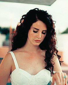 I love Lana's hair in her Ride video. I love Lana's hair in her Ride video. Lana Del Rey Ride, Lana Del Ray, Lana Del Rey Hair, Pretty People, Beautiful People, Elizabeth Woolridge Grant, Indie, Thing 1, Girl Crushes