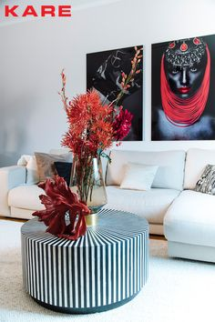 Dieser Couchtisch ist ein echtes Statement: Er beherrscht nicht nur das Spiel der Gegensätze & starker Kontraste aus Schwarz und Weiß, er sorgt dank der raffiniert gestalteten Oberfläche und der strahlenförmigen Anordnung aus schwarzen und weißen Elementen für eine absolut beeindruckende und vibrierende Optik. Modern und zugleich zeitlos, sieht man sich an diesem spannungsvollen und kontrastreichen Design nicht so schnell satt. Eine echte Luxus Komposition die jede Einrichtung sofort… Joy Of Living, Kare Design, Coffee Table Books, My Favorite Color, Neutral Colors, Modern Interior, Living Room Decor, Furniture Design, Black And White