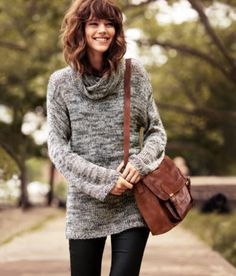Love the combination of slouchy jumper and skinny jeans, plus can't get enough of that bag