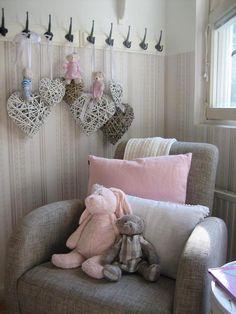 Nojatuoli vauvanhuoneessa #vauvanhuone #babyroom #baby #romanttinen #hempeä #maalaisromanttinen