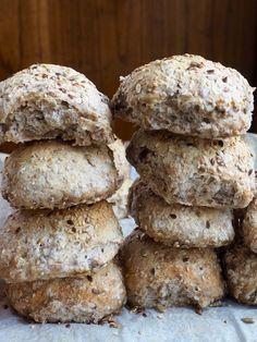 Jeg tenker at du som leser av bloggen Mat på Bordet har prøvd deg på eltefrie rundstykker allerede. Hvis ikke, så er det bare å sette i gang, for makan til enkel fremgangsmåte og fantastisk resultat finnes ikke. Disse er ingen unntak. Nå har jeg gjort meg litt ekstra flid med å forme rundstykkene, men [...]Read More... Food N, Food And Drink, Norwegian Food, Scandinavian Food, No Knead Bread, Healthy Baking, Bread Baking, I Love Food, Kids Meals