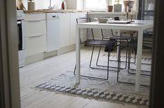 Seguramente habéis visto esta alfombra blanca & negra por las redes sociales o en blogs nórdicos o internacionales. Esta bonita alfombra de algodón se llama
