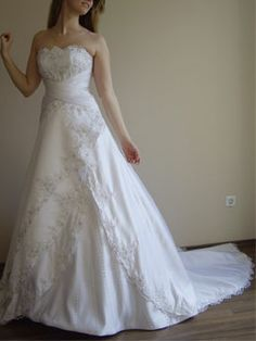 ... Brautkleid aus Satin und Spitze mit Strass A-Linie trägerlos