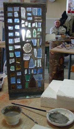 Mosaïque en dalle de verre - Maison de la Mosaïque Contemporaine Mosaic Art, Mosaic Glass, Glass Art, Modern Stained Glass, Stained Glass Windows, Flower Window, Concrete Forms, Glass Houses, Sculpture