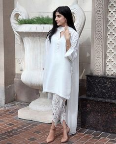 This is super gorgeous! White simplicity You can never go wrong with It looks classic and super. chose to wear a plain white kurta and tulip shalwar with Midi rings studs and heels we are so in love with the shalwar by aliaraffia Pakistani Couture, Indian Couture, Pakistani Outfits, Indian Outfits, Ethnic Fashion, Asian Fashion, High Fashion, Indian Attire, Indian Wear