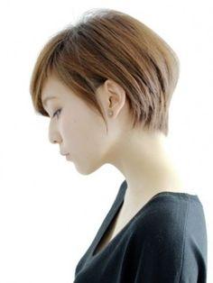 オーソドックスなストレートボブヘア。全体に丸みを持たせているので、女性らしさを失わないボブヘアです。